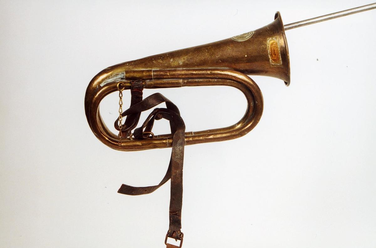 Postmuseet, gjenstander, posthorn, trompettype, mangler munnstykke, lenke festet til hornet, lærrem.