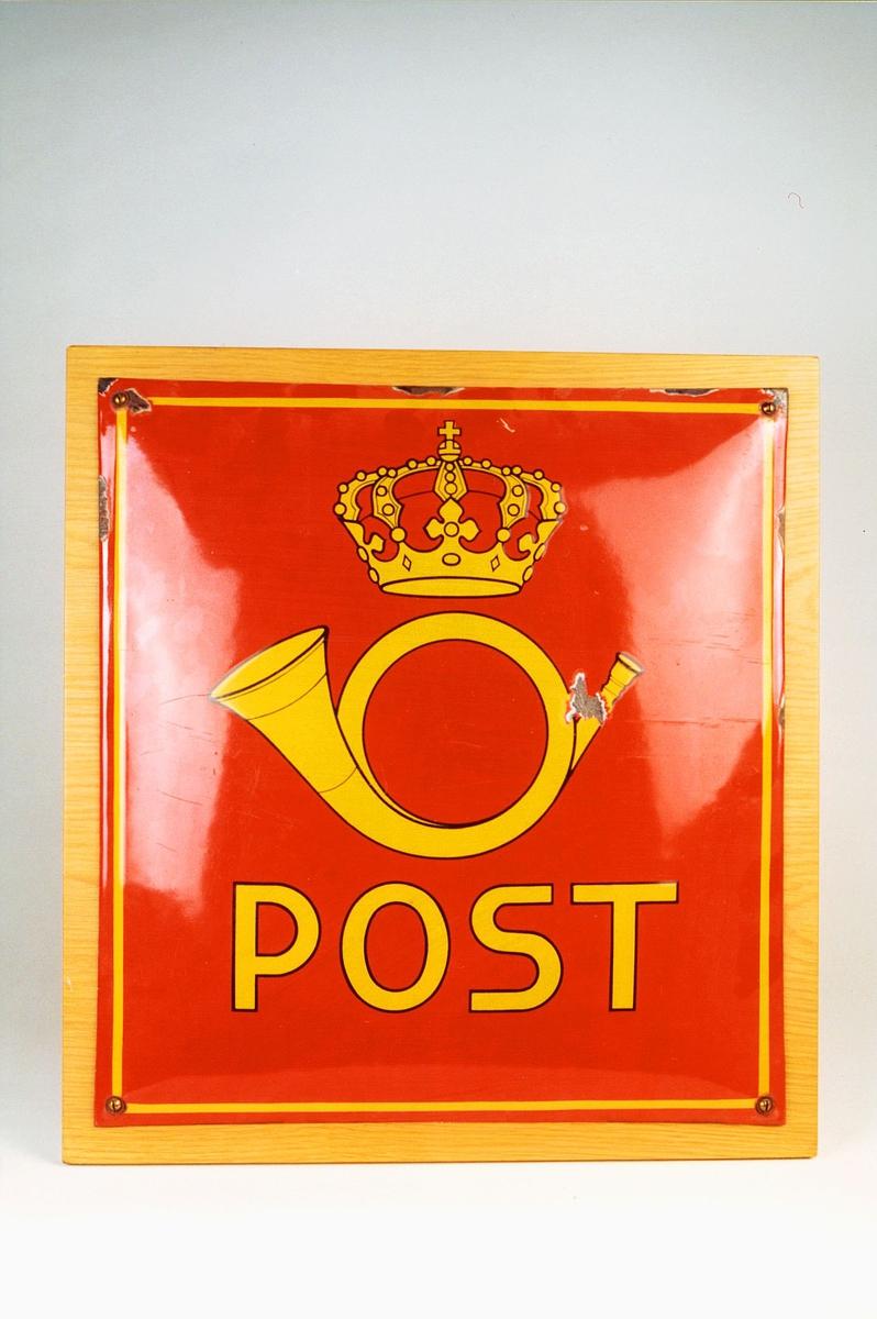 Emaljert postskilt, rød bunn med postemblem og bokstaver i gult.
