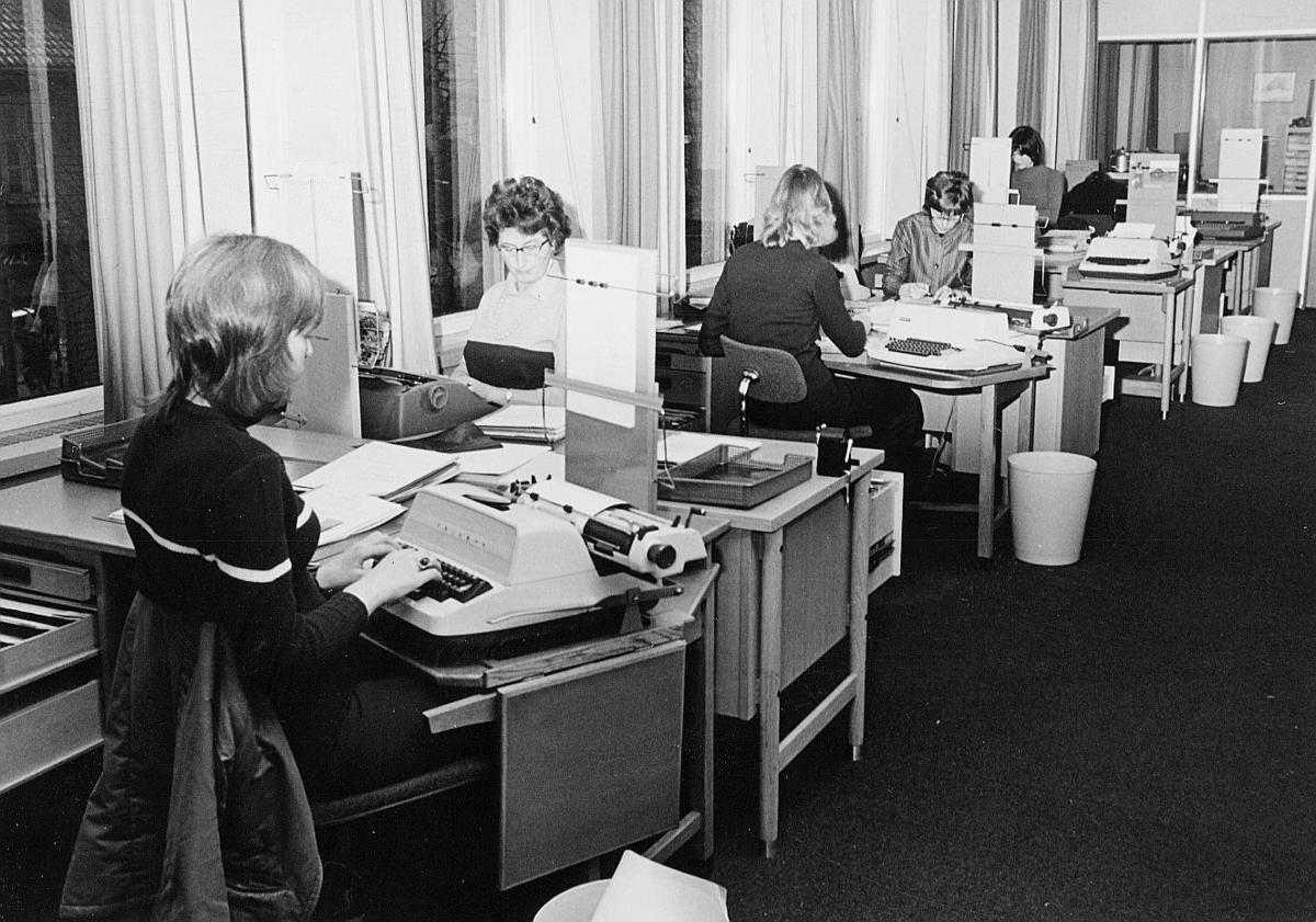 postsparebanken, Akersgata 68, Oslo, 25-års jubileum, 1975, interiør, 5 damer, skrivemaskin