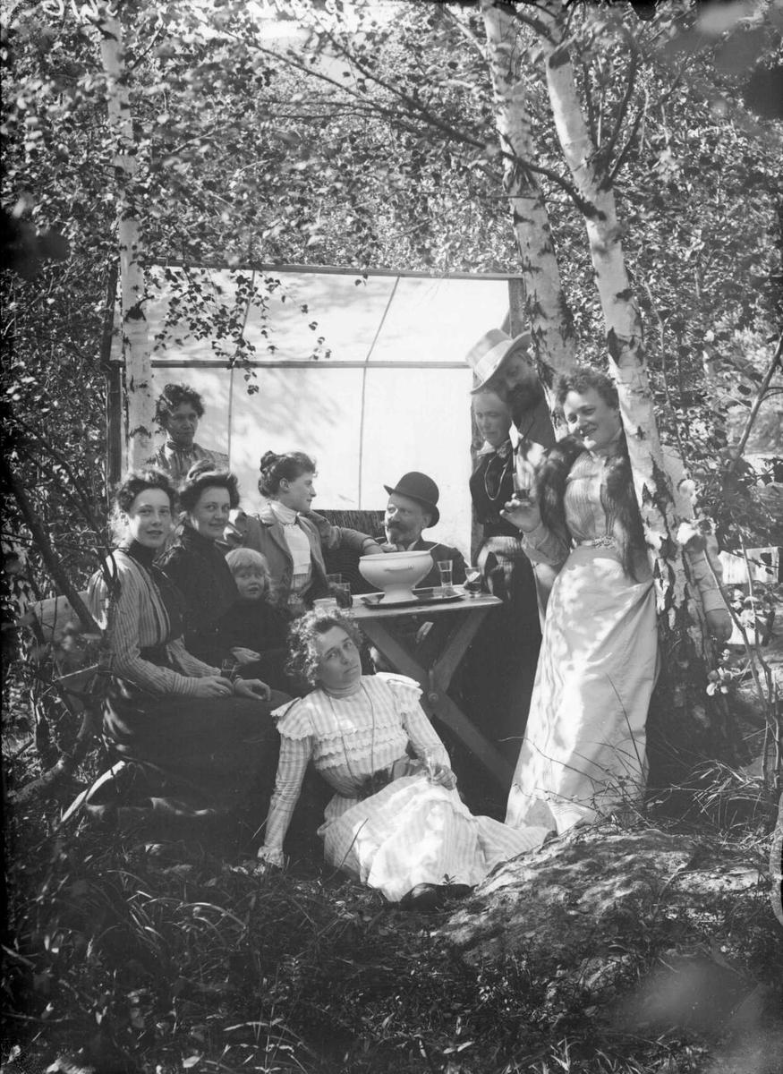 25.081900. K. U. Wefferstad i skogen på  Furuheim. Gruppebilde, kvinner, menn, jente.