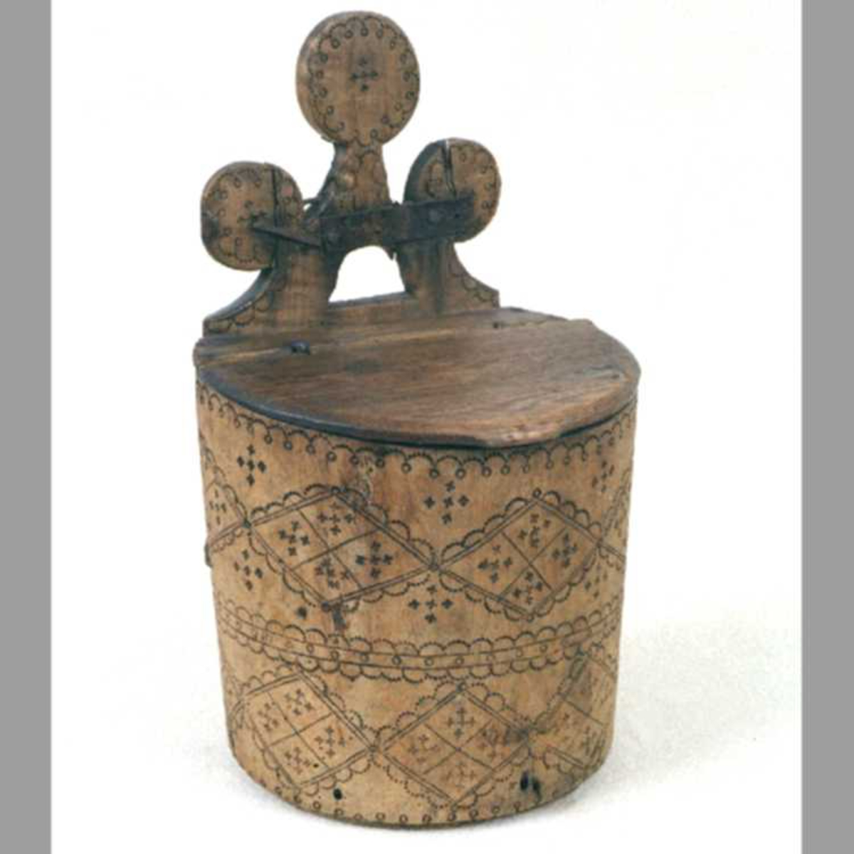 Meldunk av bjerk,  med   furu  bunn og lokk. Sylinderformet m. flatt bakstykke.  Karets forside rikt dekorert m. svidde ornamenter,  hovedsakelig romber, stj. og tungeborder.  Karets bakstykke ender i 3 cirkelformede hoder,  likeledes m. svidd ornamentikk.  Karet har hengslet lokk og er umalt. På innbrent initialene:   STS  .  Tilstand okt. 1960: Dunken er sprukken og holdes sammen  med  jernkramper, likeledes bakstykkets topp, som er reparert  m.  kramper og store jernbeslag.