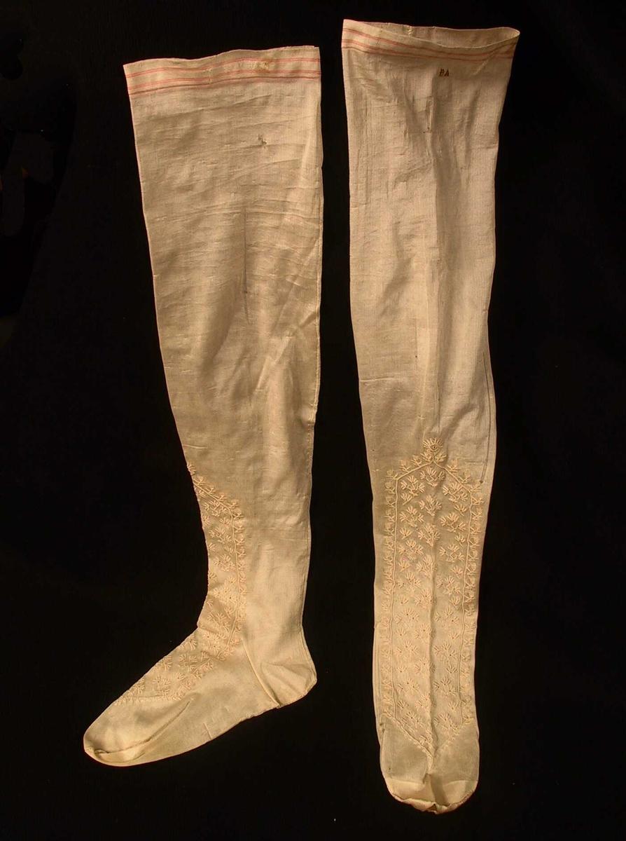 Bred, ikke fasongstrikket strømpe.  Brudestrømpe  1855 merket   Hvit (gulnet)   silke,   langt brodert felt over vrist og ankel.  Øverst 3 røde   striper.