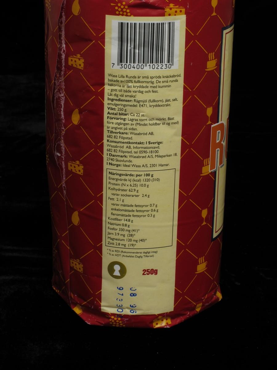 Knekkebrødemballasje i papir.. Fargetrrykk. Varedeklarasjon ,  best før stempel,  vareopplysning og strekkode samt nøkkelhull  samlet i ett vertikalt felt på pakken.