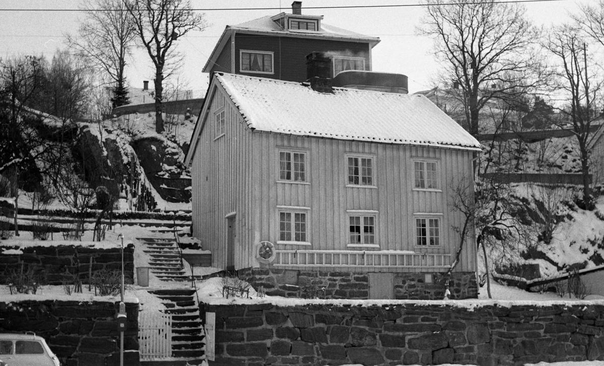 Bygning på Langsæ, Arendal, Langsæ matr. nr. 91. , fasade,  Sett fra riksvei 40. Fotografering februar 1964.