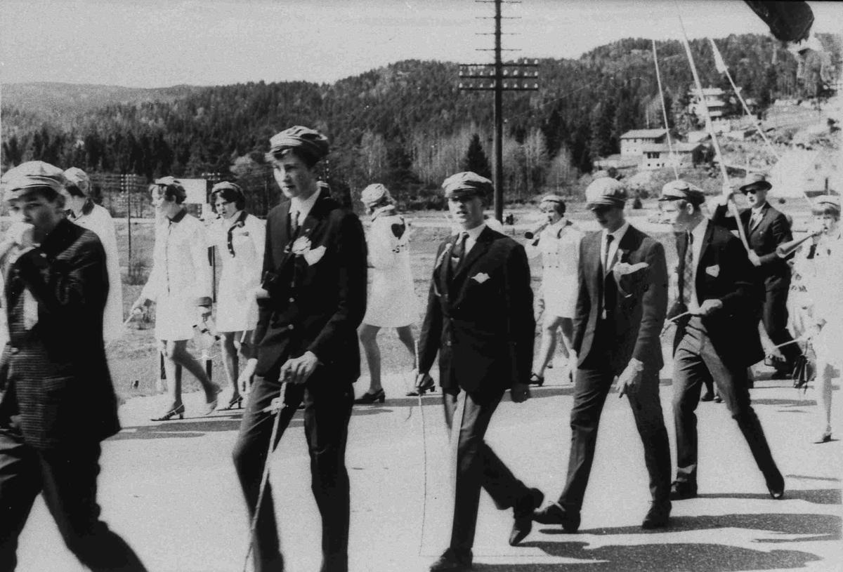 Bilder fra Birkenes kommune Realskolen - Grønnrussen 17 mai 1969
