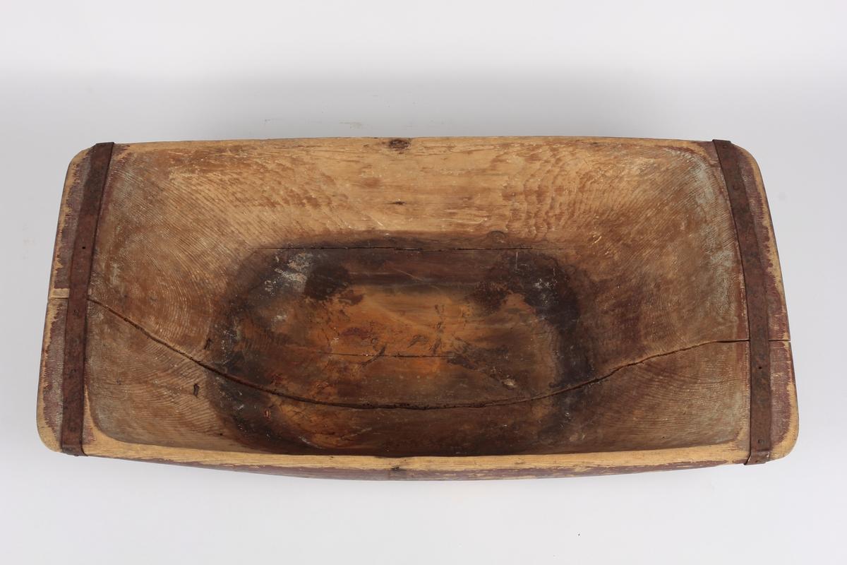 Over kortendene er festet et jernbånd med jernnagler til for- sterkning. På undersiden likedan forsterket over en langsgående sprekk med et bredt jernbånd.