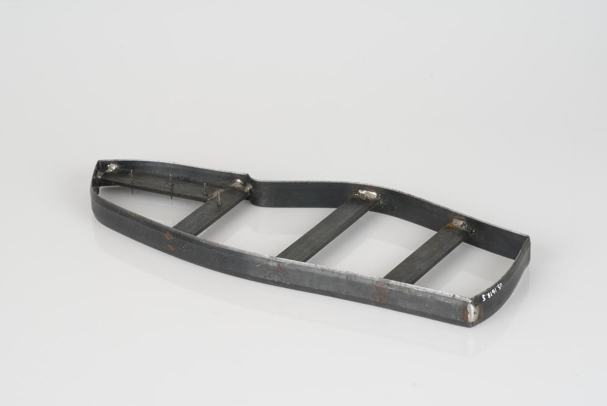 En stansekniv av stål. Stansekniven brukes til modeller for skostørrelse 37.