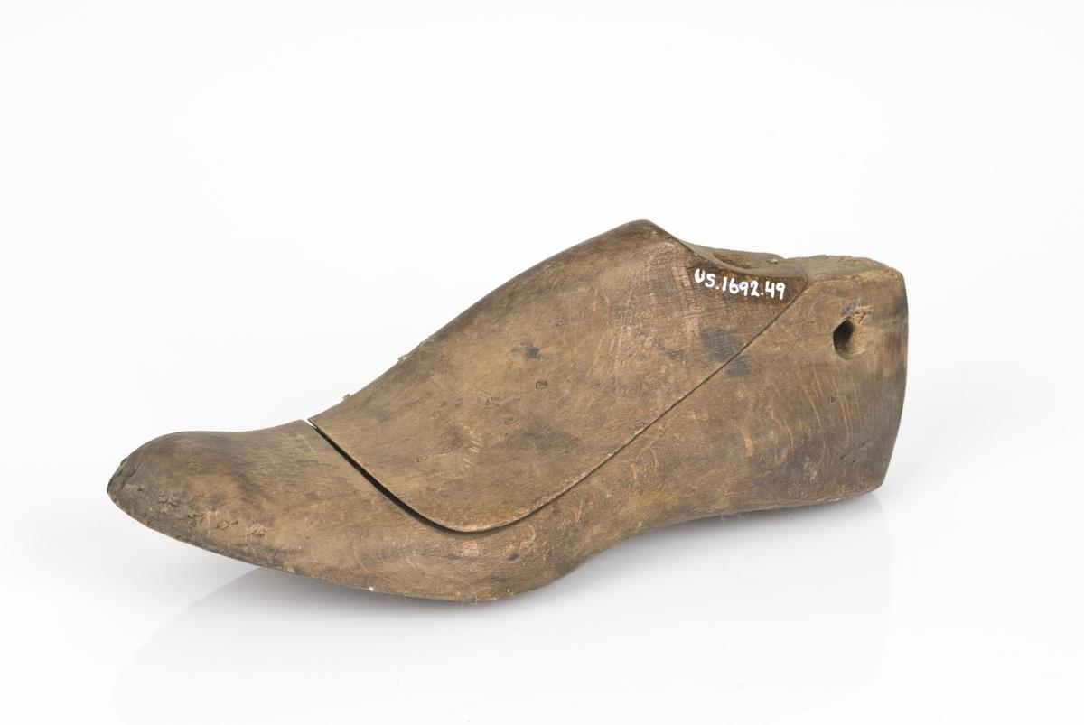 Tremodell i to deler; lest og overlest. Venstrefot i skostørrelse 30 med 5 cm i vidde.