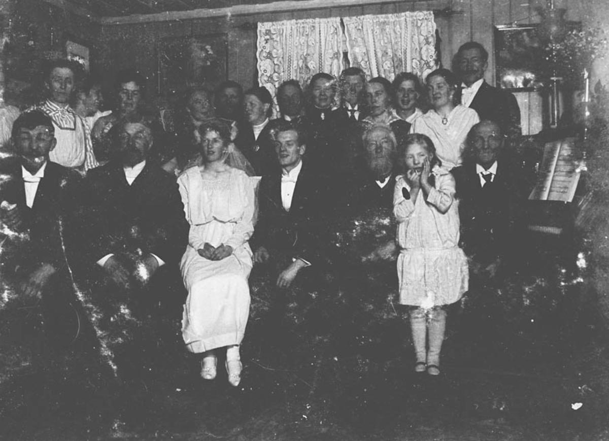 Uklart bilde av en gruppe mennesker. Fra bryllupet til Agnes Hjell og Aksel Tronaas 7 desember 1917.  Bryllupet ble feiret på Hjell.