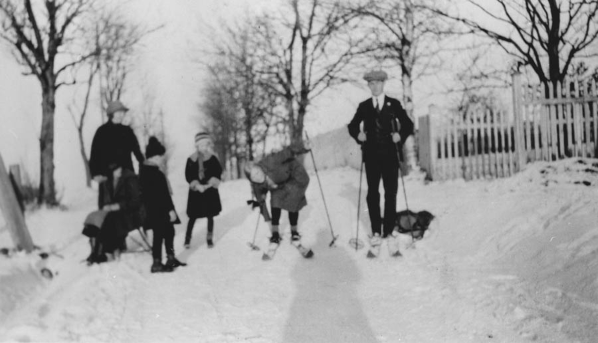 Fra venstre: Dame i huset, Dietrichson, ungene Gerd, Øystein,