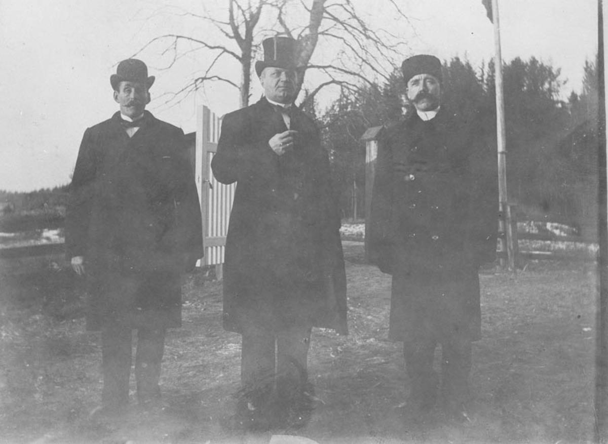 Ordfører Opsand og to menn.