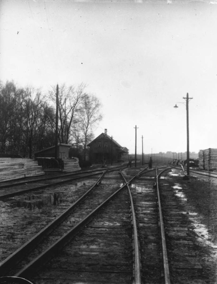 Skinnegangen inn mot Kråkstad stasjon på østre linje.