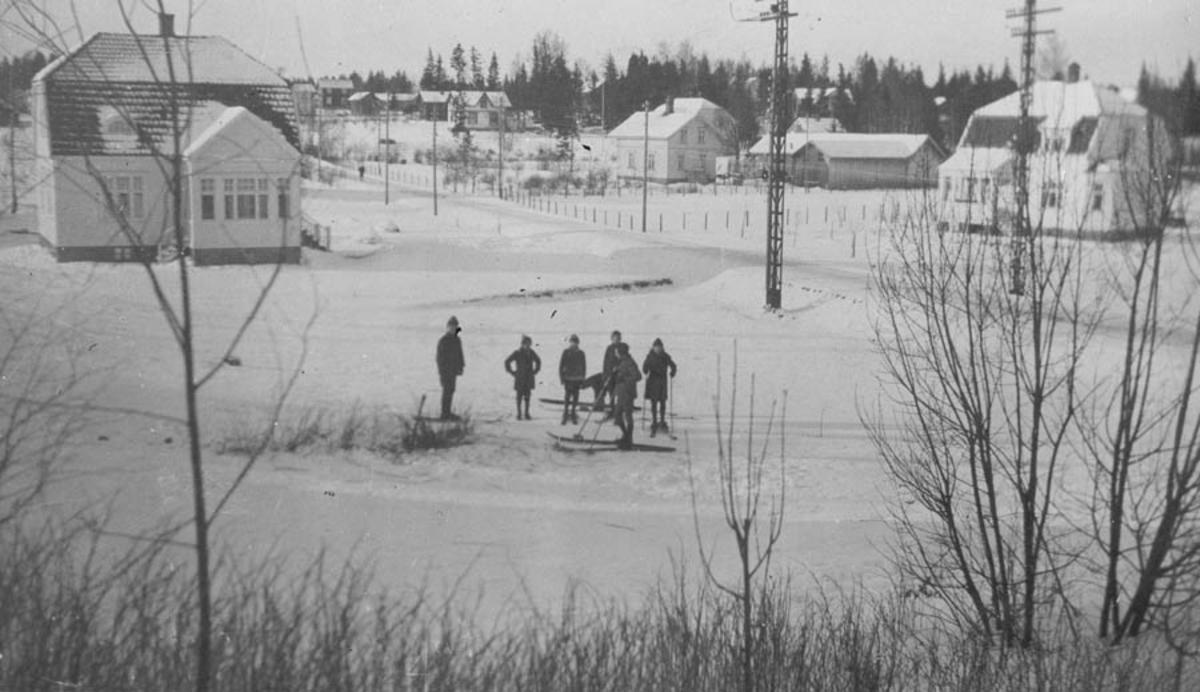 Barn på ski ved huset til skredder Aas. Bildet tatt fra Gammlevn. mot Nordbyvn.