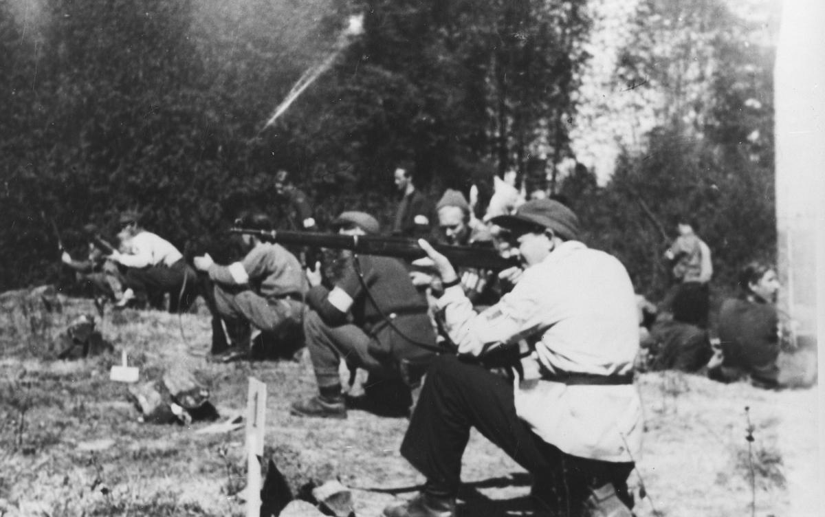 Skyteøvelse, foran Harald Andersen.