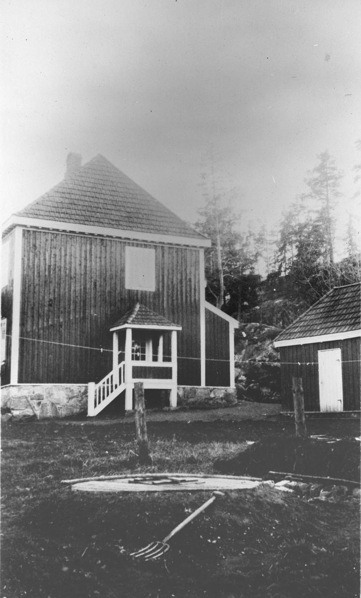 """""""Asplund"""" fotografert fra nordsiden. Brønnen i forgrunnen."""