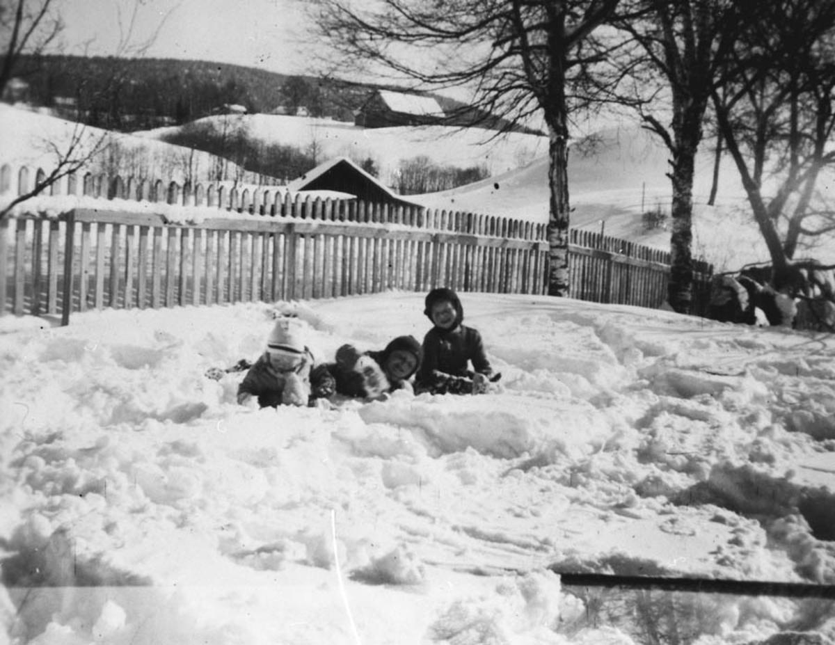 Lekende barn i hagen, vinter.