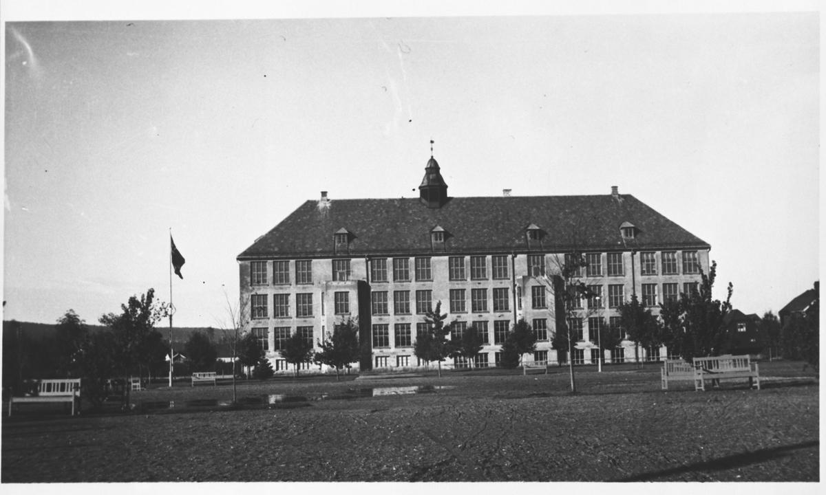 Tidlig bilde av Volla skole. (trærne i parken er små)