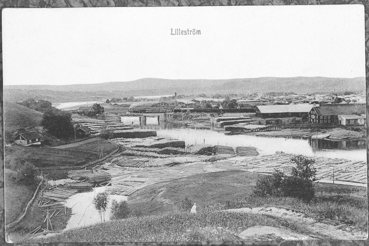 Lillestrøm. Postkort. Utsikt fra Rudsberget mot Lillestrøm. Sagbruk, tømmeropplag i elva.
