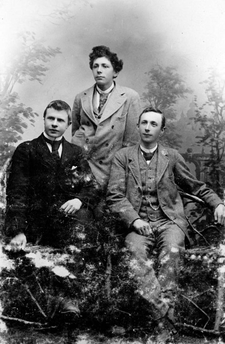 Atelierfoto av tre unge menn.