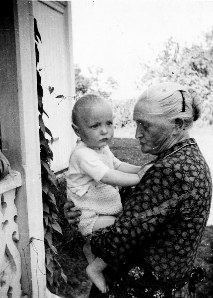Karen T. Jødahl m/barnebarn Hans Kristian.