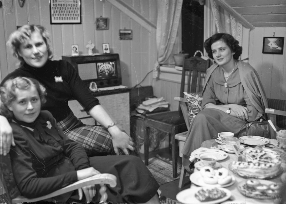 3 kvinner i en stue.