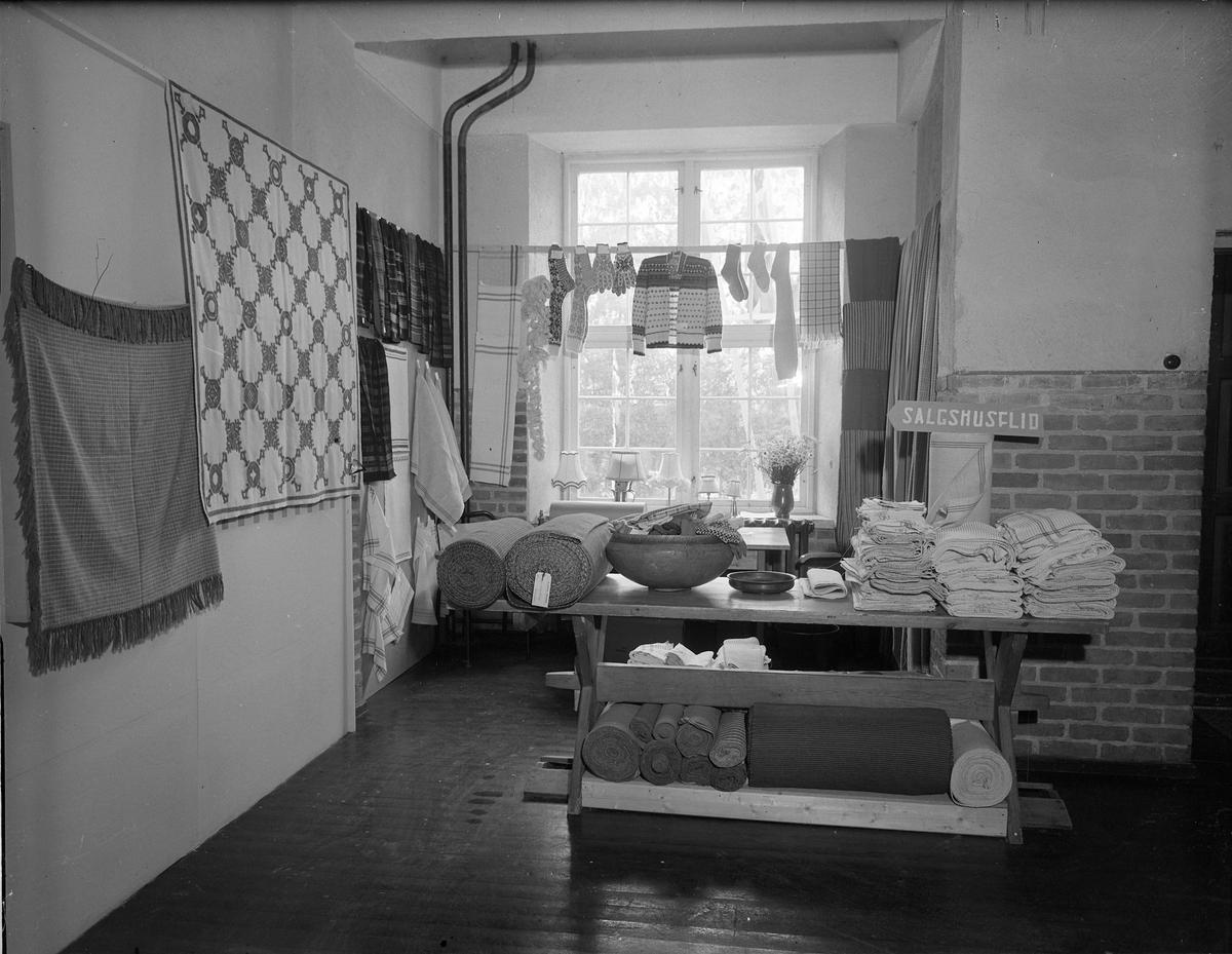 Fra Eidsvoll Bygdeutstilling i 1955. Husflidsprodukter.