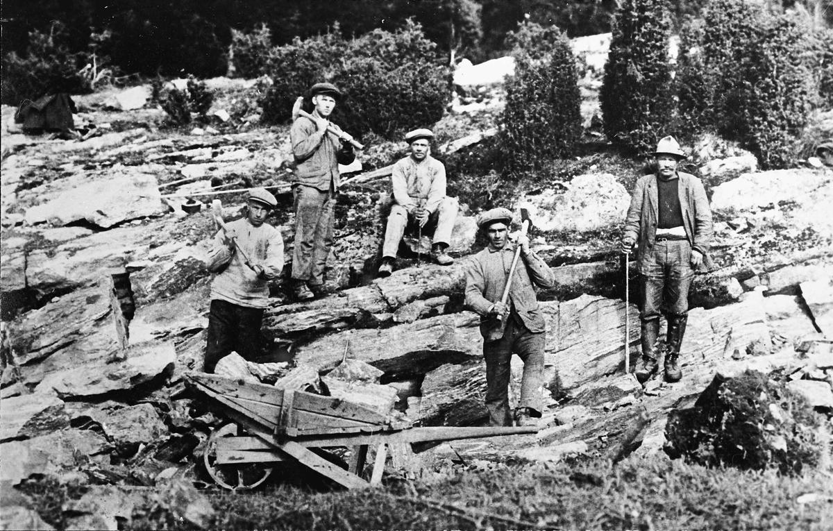 Steinarbeid, boring i stein. Kan være veiarbeid i Bårlidalen.