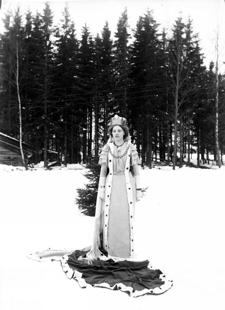 """Prinsesse"". Utkledd pike ved Eidsvoll Folkehøyskole"