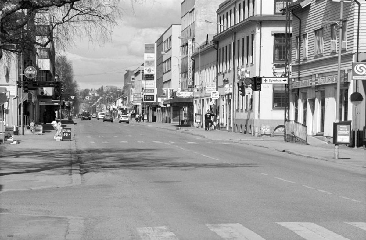Parti fra Storgata i Lillestrøm, med trafikk, fotgjenger, butikker.