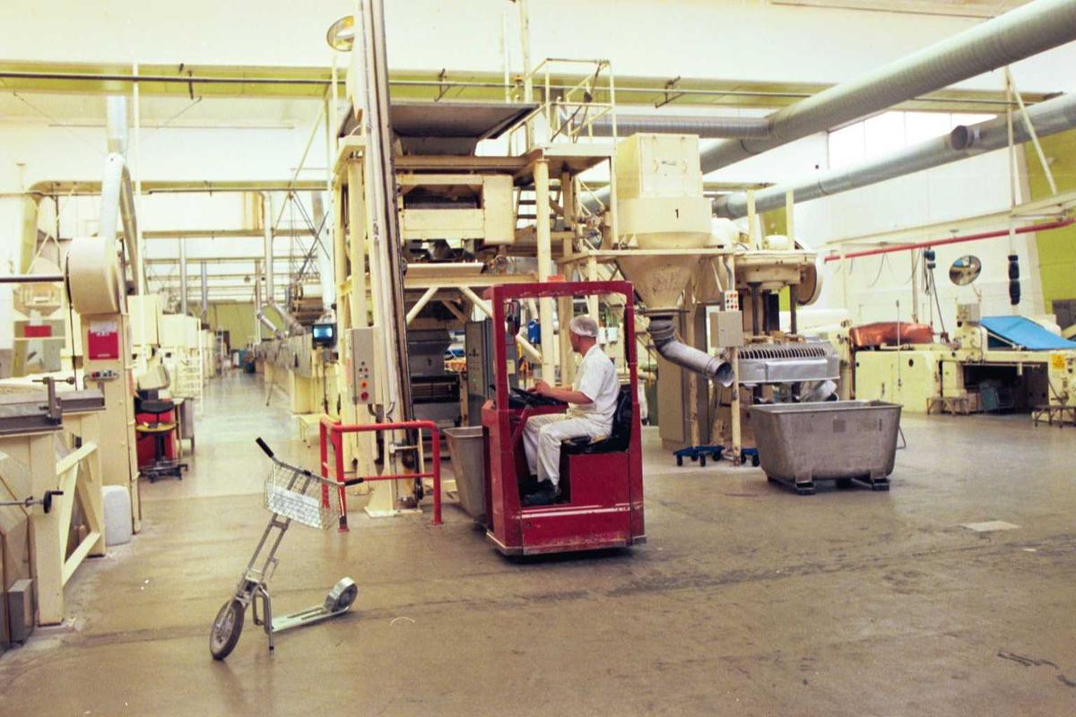 Fabrikkmiljø, arbeider, mann, truck, sparkesykkel, kjeksovner