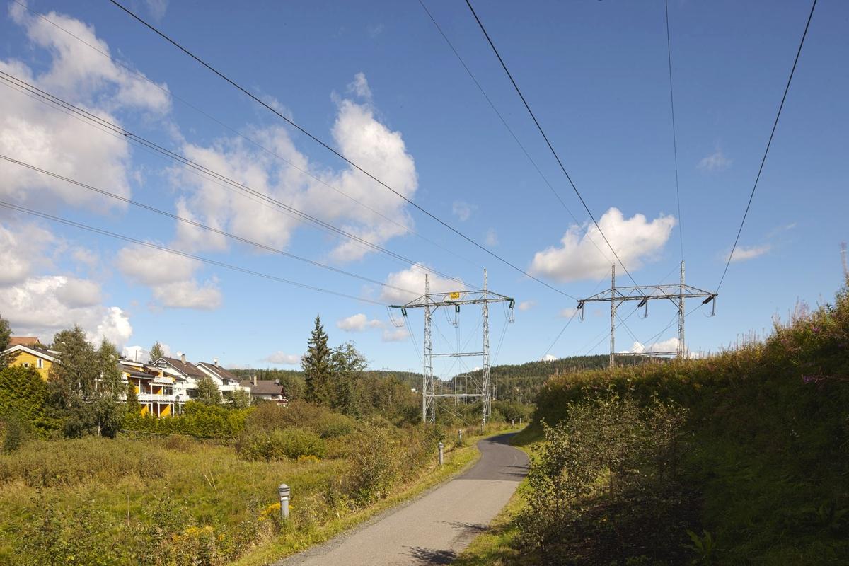 Høyspentmaster i Akershus. Høyspentmaster ved posten på Robsrud i Lørenskog kommune. Bildet er tatt mot nord.