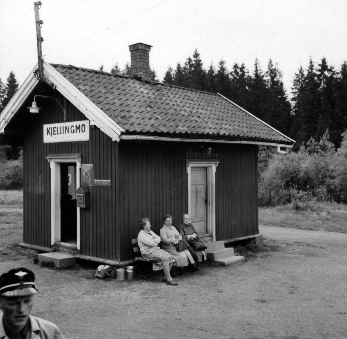 Tog 2051 til Skulerud har stanset på Kjellingmo stasjon.