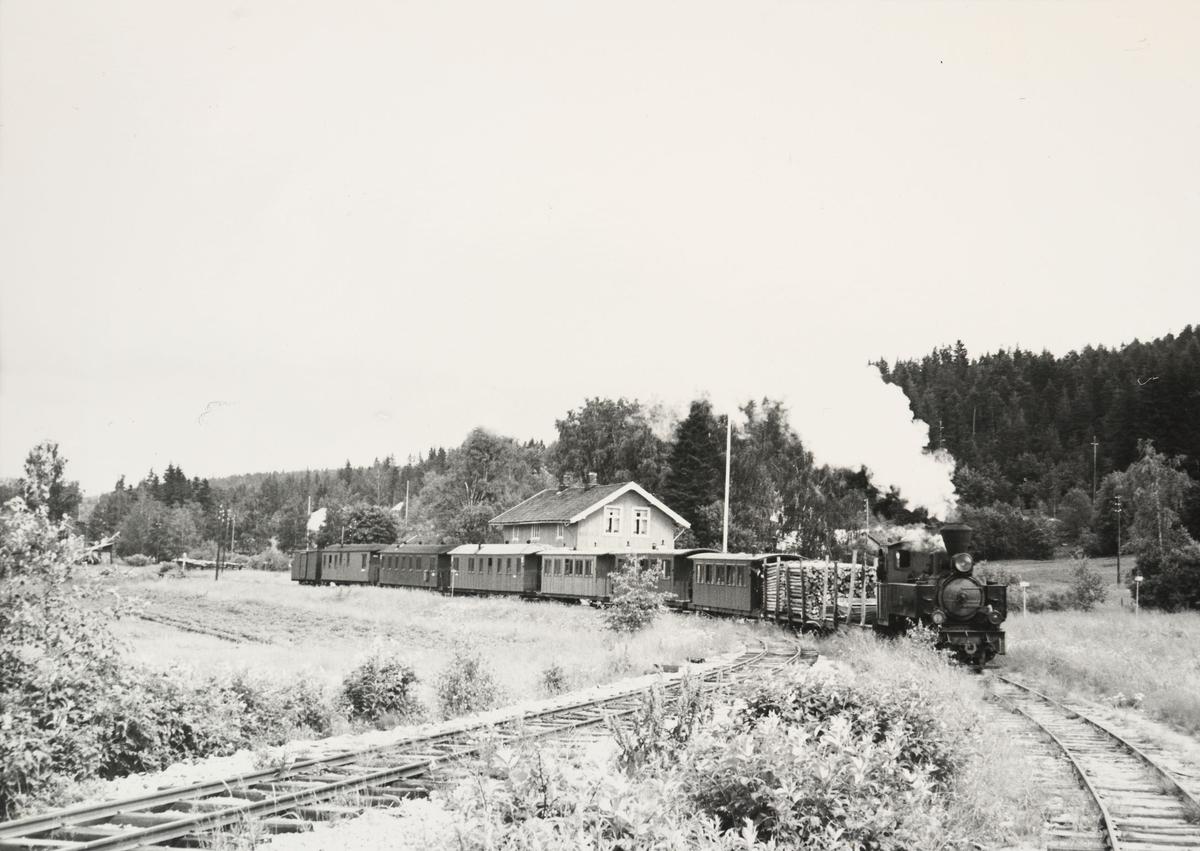 Toget bakkes fra dampskipsbrygge tilbake til stasjonen.
