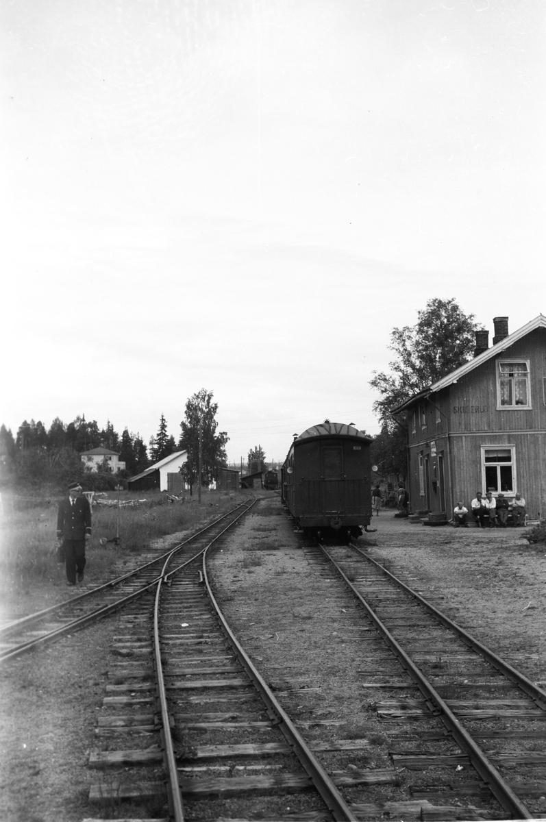 Skulerud stasjon. Tog til Sørumsand står klart i spor 1.