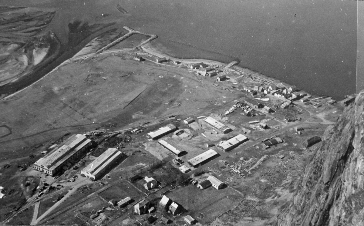 Utsyn fra fjellet ved Sunndalsøra mot industri- og havneområdet. . Rester av Aurabanen, som forlengst var revet, skimtes i bakgrunnen.