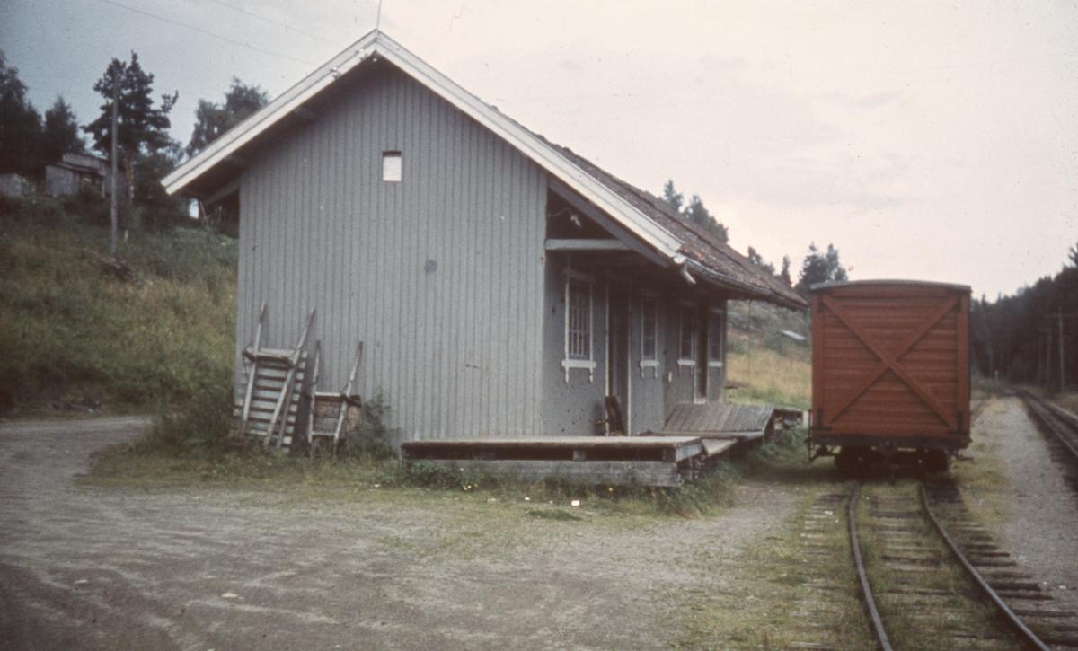 Godsvogn hensatt for lasting/lossing ved godshuset på Hemnes.