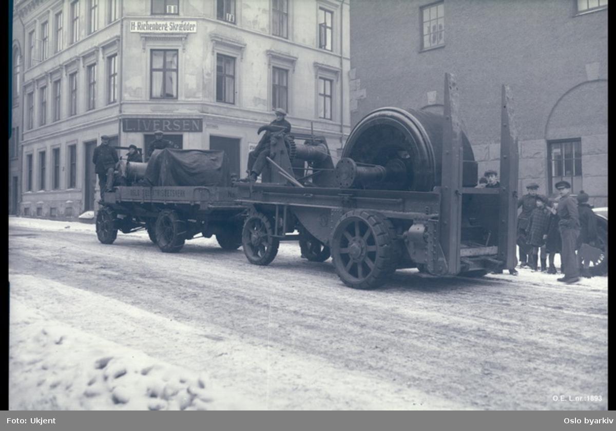 Lastebil, tilhenger, transport, butikkskilt på veggen i bakgrunnen
