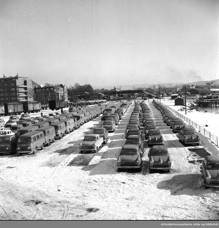 Lager av biler på Filipstad før bilutdelingen,.mars 1957