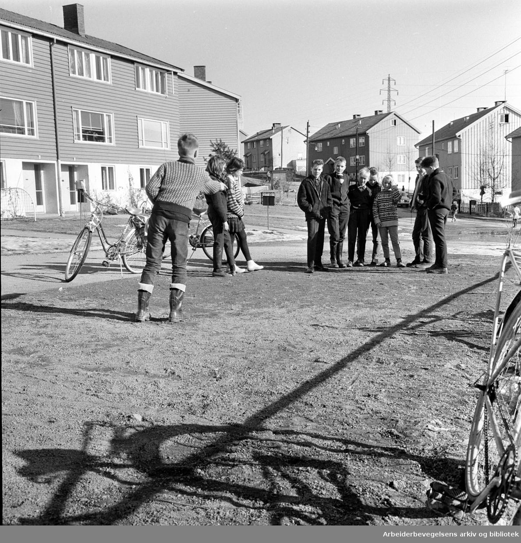 Barn kaster på stikka på Kalbakken, .mars 1964.