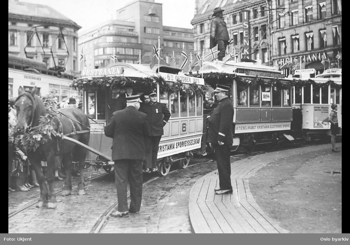 Fra venstre: Hestesporvogn, Kristiania Elektriske Sporveiers vogn nr. 1 og Oslo Sporveiers vogn nr 133 i trikkesløyfa på Stortorvet. 6. oktober 1935, fra 60-års jubileumet for den første sporvogn i Kristiania, jf. A-40202/Uaa/0002/044