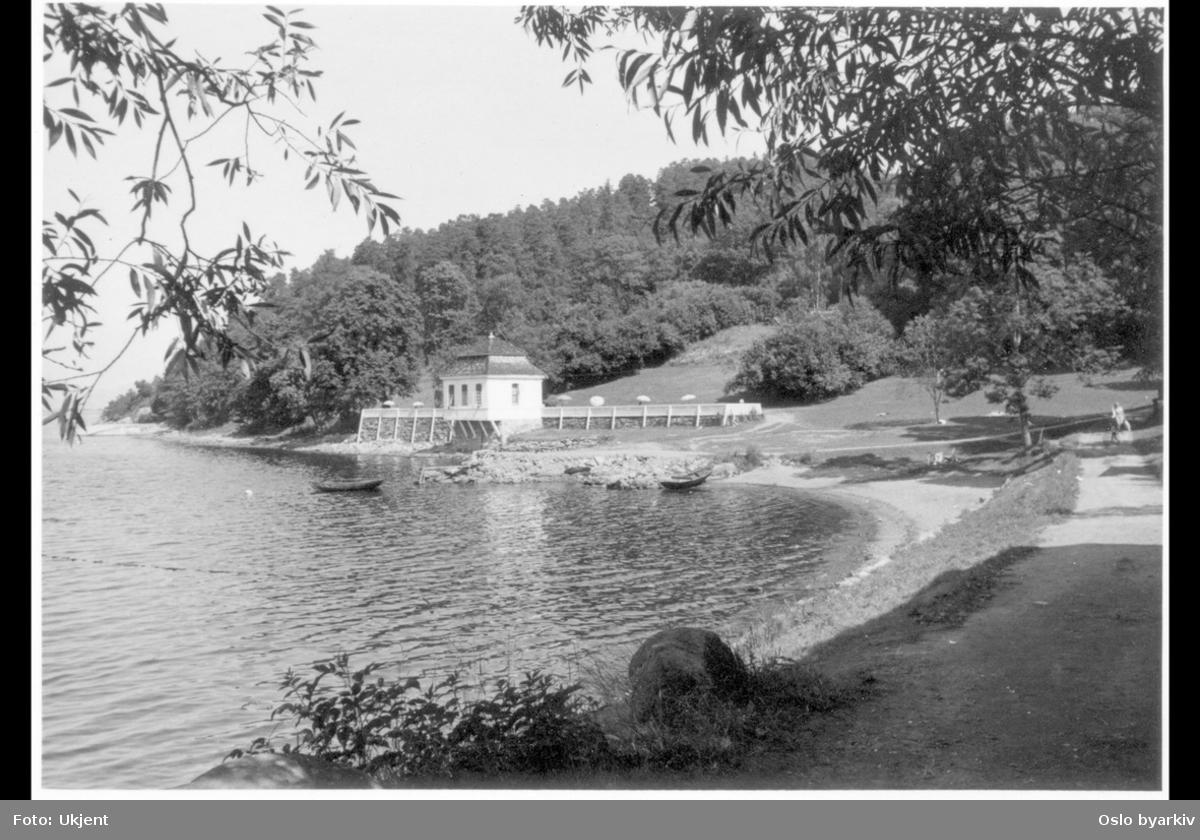 Det tidligere lysthuset (rokokkopaviljongen) til Stubljan gods, sett fra strandpromenaden. Nå kiosk og kafé (uteservering) for Hvervenbuktas badegjester.
