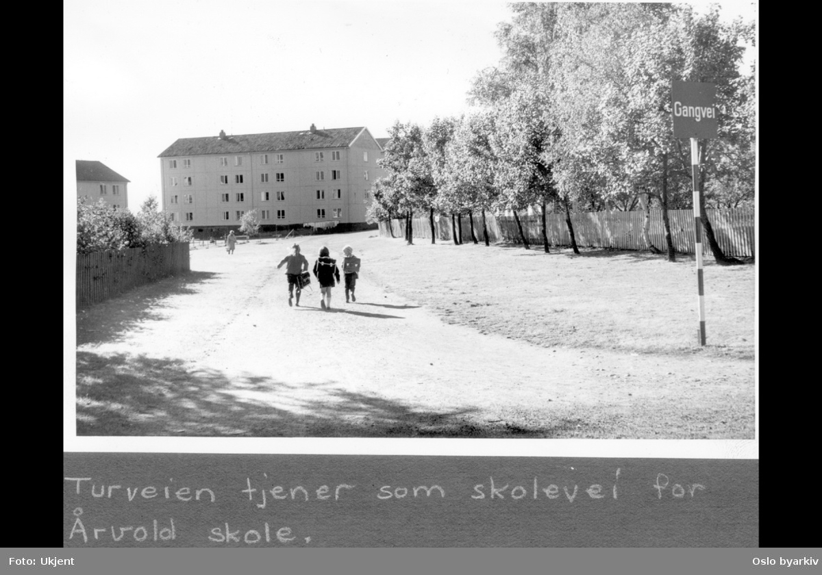 """Barn med ransel på vei til skolen.Turvei gjennom boligområde. Boligblokker i Traverveien. Albumtittel: """"Turveier"""""""