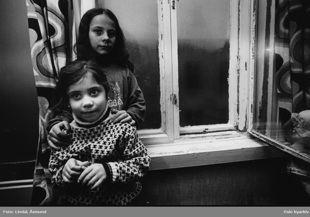 To jenter på barneværelset. Innvandrernes boforhold. Fotografiet er fra prosjektet og boka ''Oslo-bilder. En fotografisk dokumentasjon av bo og leveforhold i 1981 - 82''. Kontakt Samfoto ved ev. bestilling av kopier.