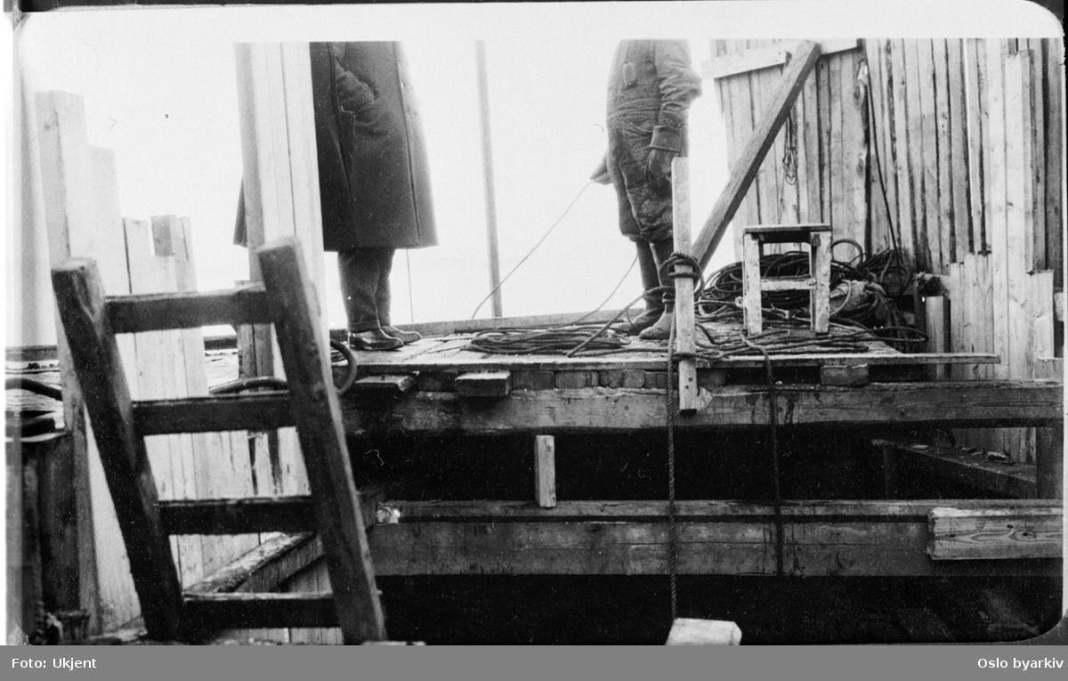 Nedgang til rørledningsgrøft for kloakk. Arbeider i samtale med sjef fra vann- og kloakkvesenet. (Sannsynligvis fra Kongens gate.) Fra 1920-tallet.