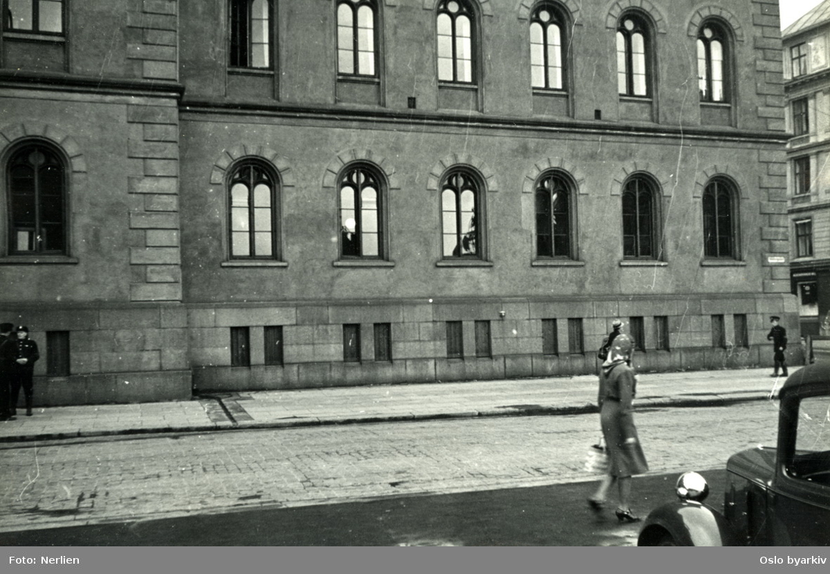 Hovedpolitistasjonen i Møllergata 19. Uniformert norsk politi. Bildet er tatt etter frigjøringen.