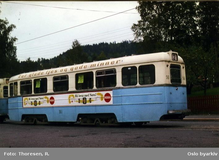 Linje 2 til Disen, høka-tilhengervogn 561. Reklame for Nora brus.