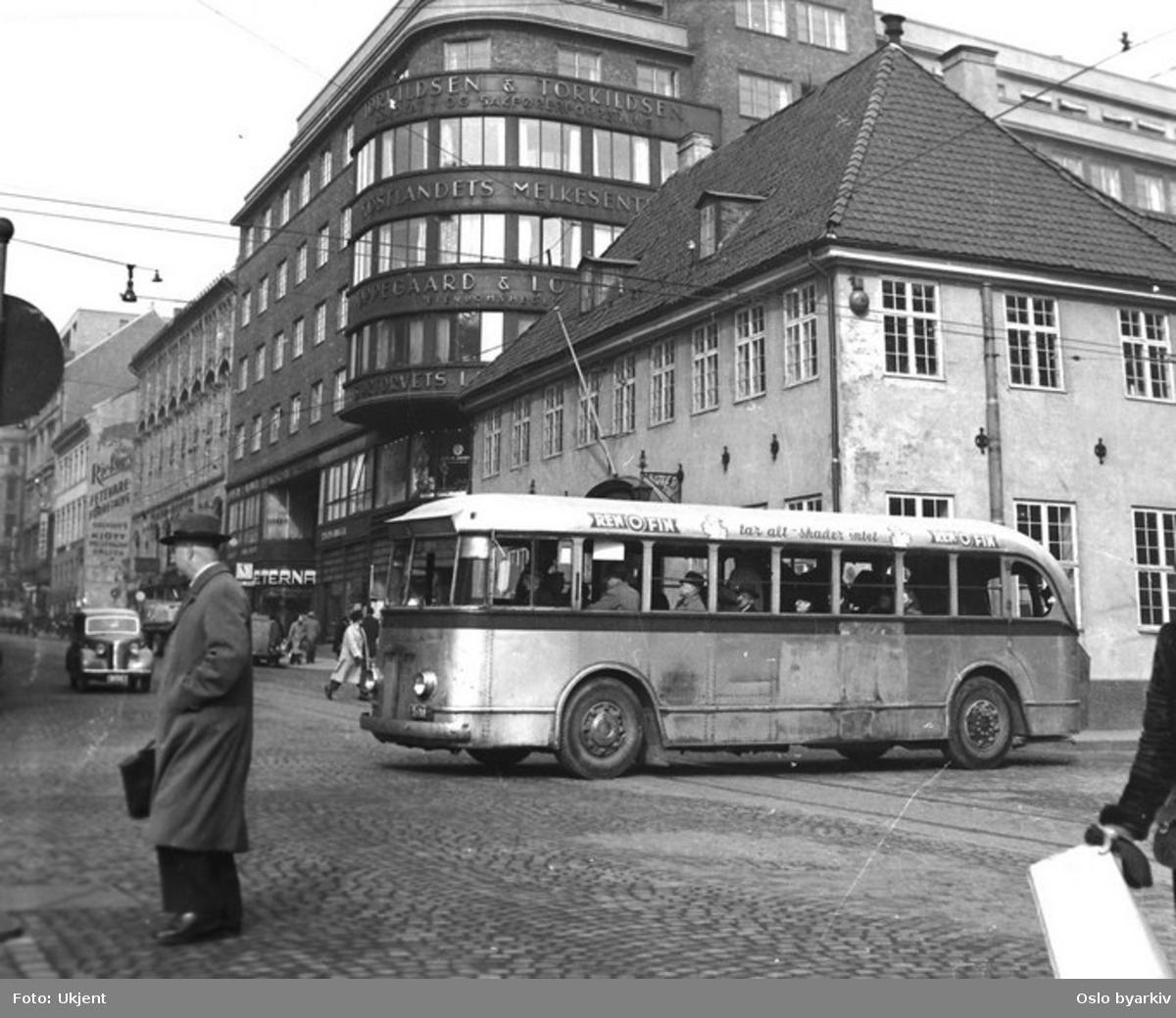 Turbinbuss (utstyrt med bensinmotor. Det fantes trolleybusser med samme karosseri), linje 18 i krysset Møllergata - Grensen ved Stortorvet. Stortorvets Gjæstgiveri.