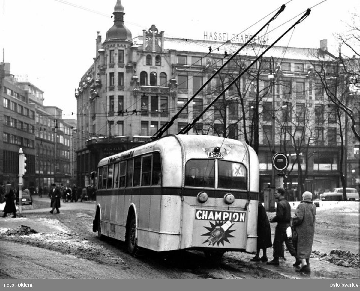 Oslo Sporveier. Trolleybuss, A-15783 på linje X ved Stortorvet. Hasselgården, forretningsgård. Torggata.