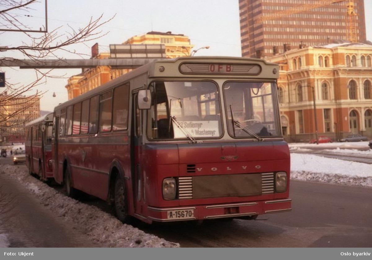 Buss, Oslo og Follo Busstrafikk, OFB buss A-15670 linje 73 mellom Sofiemyr-Mastemyr. Her i Strandgata med Østbanehallen og Postgirobygget i bakgrunnen.