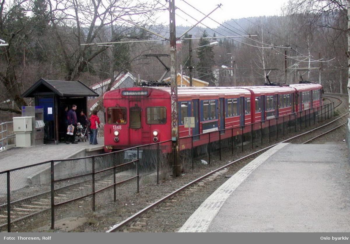 Oslo Sporveier. Kolsåsbanen. T-banevogn, serie T8, vogn 1348 på linje 4 til Bergkrystallen, her ved Haslum T-banestasjon. Billettautomat.
